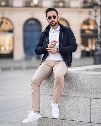 Wie kombinieren: dunkelblaue Wildleder Bomberjacke, weißes Polohemd, hellbeige gepunktete Chinohose, weiße und grüne Leder niedrige Sneakers