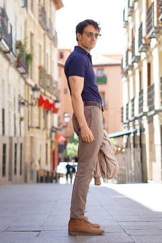 Beige Wildlederfreizeitstiefel kombinieren: trends 2020: Paaren Sie eine hellbeige Bomberjacke mit einer beige Chinohose für ein bequemes Outfit, das außerdem gut zusammen passt. Vervollständigen Sie Ihr Outfit mit einer beige Wildlederfreizeitstiefeln, um Ihr Modebewusstsein zu zeigen.