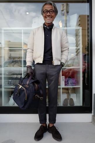 50 Jährige: Dunkelgraue Chinohose kombinieren – 46 Frühling Herren Outfits: Tragen Sie eine weiße Bomberjacke und eine dunkelgraue Chinohose für ein großartiges Wochenend-Outfit. Dunkelbraune Wildleder Oxford Schuhe putzen umgehend selbst den bequemsten Look heraus. Dieser Look ist besonders in dem Frühling ein absolutes Must Have in Ihrem Kleiderschrank.