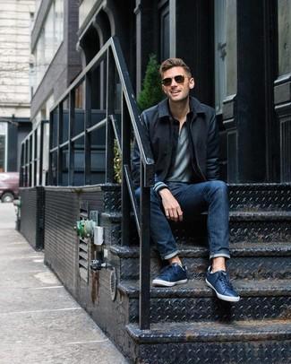 Wie kombinieren: schwarze Wollbomberjacke, graues Polohemd, dunkelblaue Jeans, dunkelblaue Leder niedrige Sneakers