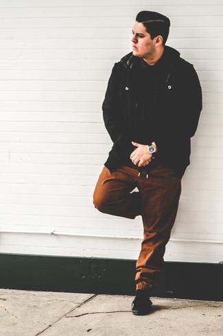 Wie kombinieren: schwarze Wollbomberjacke, schwarzes Polohemd, braune Jogginghose, schwarze Wildleder niedrige Sneakers
