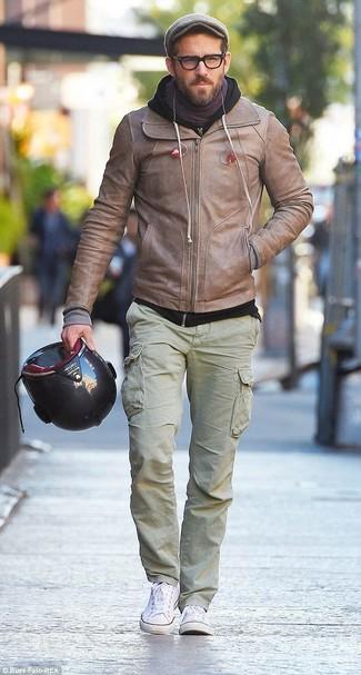 Wie kombinieren: hellbeige Leder Bomberjacke, schwarzer Pullover mit einem Kapuze, olivgrüne Cargohose, weiße Segeltuch niedrige Sneakers