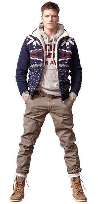 Wie kombinieren: dunkelblaue Strick Wollbomberjacke, grauer bedruckter Pullover mit einem Kapuze, braune Chinohose, beige Wildlederfreizeitstiefel