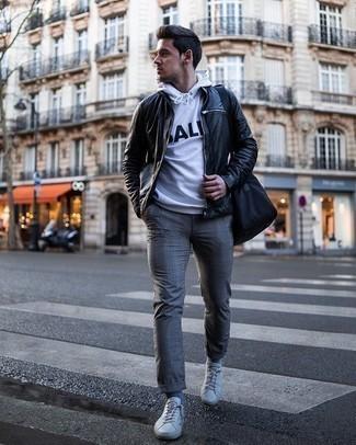 Graue Socken kombinieren – 500+ Herren Outfits: Eine schwarze Leder Bomberjacke und graue Socken sind eine perfekte Outfit-Formel für Ihre Sammlung. Weiße Segeltuch niedrige Sneakers bringen Eleganz zu einem ansonsten schlichten Look.