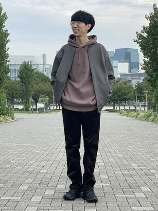 Teenager: Graue Bomberjacke kombinieren – 3 Herren Outfits: Vereinigen Sie eine graue Bomberjacke mit einer schwarzen Cord Chinohose für ein bequemes Outfit, das außerdem gut zusammen passt. Suchen Sie nach leichtem Schuhwerk? Wählen Sie schwarzen Sportschuhe für den Tag.