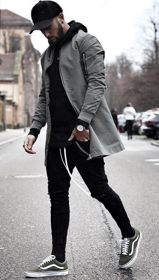 Wie kombinieren: graue Bomberjacke, schwarzer Pullover mit einem Kapuze, schwarze enge Jeans mit Destroyed-Effekten, olivgrüne Segeltuch niedrige Sneakers