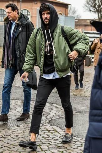 Schwarzen Segeltuchgürtel kombinieren: trends 2020: Eine olivgrüne Bomberjacke und ein schwarzer Segeltuchgürtel sind eine großartige Outfit-Formel für Ihre Sammlung. Ergänzen Sie Ihr Outfit mit schwarzen klobigen Leder Slippern, um Ihr Modebewusstsein zu zeigen.