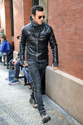 Dunkelgraue Lederfreizeitstiefel kombinieren: Kombinieren Sie eine schwarze Leder Bomberjacke mit dunkelgrauen engen Jeans, um einen lockeren, aber dennoch stylischen Look zu erhalten. Schalten Sie Ihren Kleidungsbestienmodus an und machen eine dunkelgraue Lederfreizeitstiefel zu Ihrer Schuhwerkwahl.