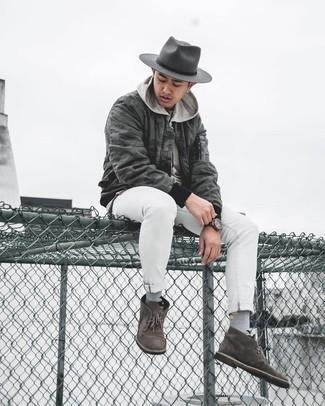 Dunkelgrauen Wollhut kombinieren – 210 Herren Outfits: Entscheiden Sie sich für eine dunkelgraue Camouflage Bomberjacke und einen dunkelgrauen Wollhut für einen entspannten Wochenend-Look. Fühlen Sie sich mutig? Ergänzen Sie Ihr Outfit mit dunkelbraunen Chukka-Stiefeln aus Wildleder.