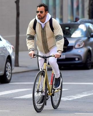 Wie kombinieren: hellbeige Fleece-Bomberjacke, weißer Pullover mit einem Kapuze, weiße Jeans, schwarze Leder niedrige Sneakers
