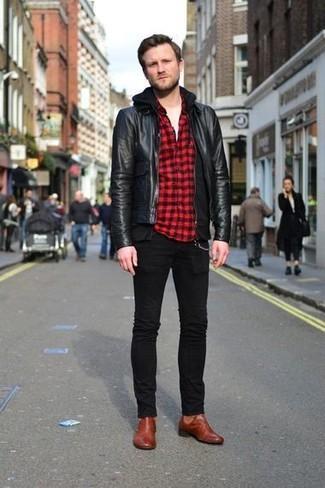 Wie kombinieren: schwarze Leder Bomberjacke, schwarzer Pullover mit einem Kapuze, rotes und schwarzes Langarmhemd mit Vichy-Muster, weißes T-Shirt mit einem Rundhalsausschnitt