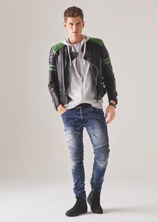 Wie kombinieren: schwarze gesteppte Leder Bomberjacke, grauer Pullover mit einem Kapuze, weißes T-Shirt mit einem Rundhalsausschnitt, blaue enge Jeans