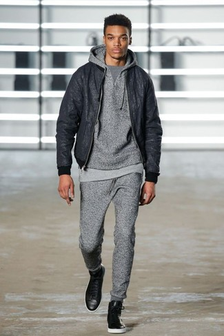 Wie kombinieren: schwarze Bomberjacke, grauer Pullover mit einem Kapuze, graues T-Shirt mit einem Rundhalsausschnitt, graue Jogginghose