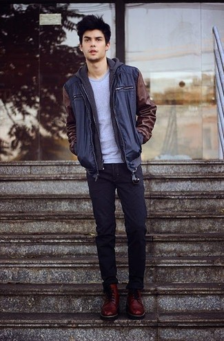 Wie kombinieren: dunkelblaue Bomberjacke, dunkelgrauer Pullover mit einem Kapuze, graues T-Shirt mit einem Rundhalsausschnitt, dunkelblaue Jeans