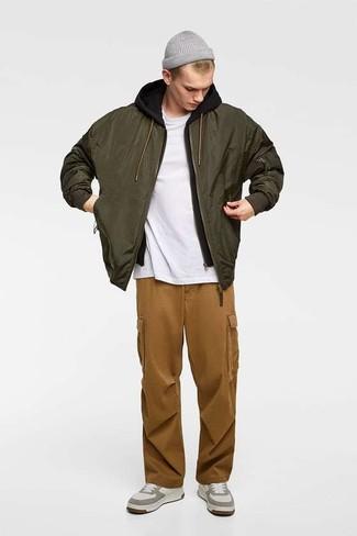 Wie kombinieren: olivgrüne Bomberjacke, schwarzer Pullover mit einem Kapuze, weißes T-Shirt mit einem Rundhalsausschnitt, braune Cargohose