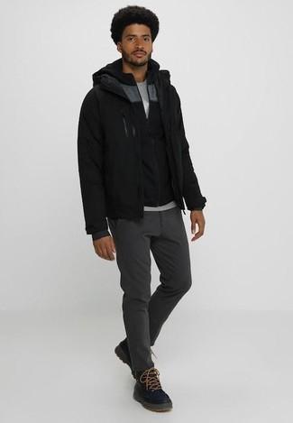 Wie kombinieren: schwarze Bomberjacke, schwarzer Pullover mit einem Kapuze, graues T-Shirt mit einem Rundhalsausschnitt, dunkelgraue Chinohose