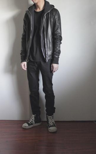 Dunkelgrauen Pullover mit einem Kapuze kombinieren – 341 Herren Outfits: Paaren Sie einen dunkelgrauen Pullover mit einem Kapuze mit schwarzen Jeans, um einen lockeren, aber dennoch stylischen Look zu erhalten. Wenn Sie nicht durch und durch formal auftreten möchten, ergänzen Sie Ihr Outfit mit schwarzen und weißen hohen Sneakers aus Leder.
