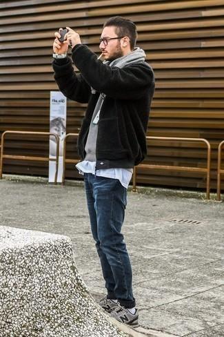 Dunkelblaue Jeans kombinieren: trends 2020: Paaren Sie eine schwarze Fleece-Bomberjacke mit dunkelblauen Jeans für ein sonntägliches Mittagessen mit Freunden. Graue Sportschuhe leihen Originalität zu einem klassischen Look.