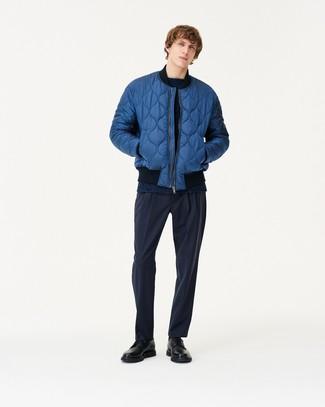 blaue gesteppte Bomberjacke, dunkelblauer Pullover mit einem Rundhalsausschnitt, dunkelblaue Anzughose, schwarze Leder Derby Schuhe für Herren