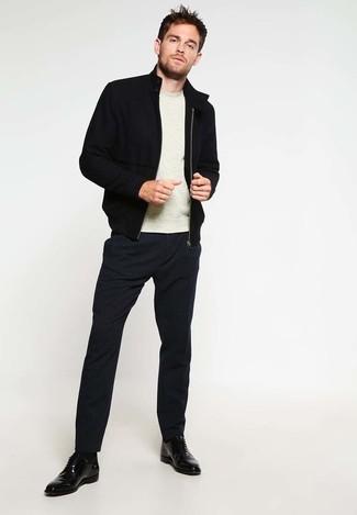 Wie kombinieren: schwarze Bomberjacke, hellbeige Pullover mit einem Rundhalsausschnitt, schwarze Anzughose, schwarze Leder Derby Schuhe