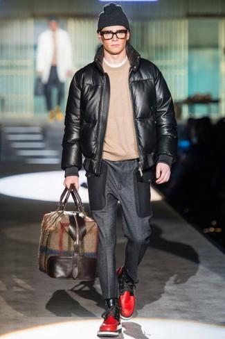 Wie kombinieren: schwarze Leder Bomberjacke, hellbeige Pullover mit einem Rundhalsausschnitt, dunkelgraue Wollanzughose, rote Lederfreizeitstiefel