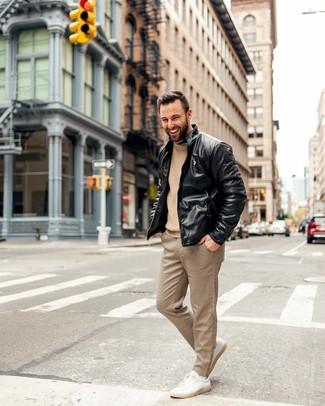 Wie kombinieren: schwarze Leder Bomberjacke, beige Strick Pullover mit einem Rundhalsausschnitt, beige Anzughose mit Karomuster, hellbeige Leder niedrige Sneakers