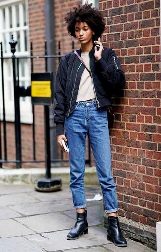Wie kombinieren: schwarze Bomberjacke, hellbeige Pullover mit einem Rundhalsausschnitt, blaue Boyfriend Jeans, schwarze Leder Stiefeletten