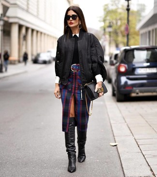 Schwarze kniehohe Stiefel aus Leder kombinieren – 191 Damen Outfits: Probieren Sie diese Kombination aus einer schwarzen Bomberjacke und einem schwarzen Bleistiftrock mit Schottenmuster für ein bequemes Outfit, das außerdem gut zusammen passt. Machen Sie Ihr Outfit mit schwarzen kniehohe Stiefeln aus Leder eleganter.