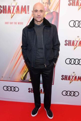 Dunkelgrauen Pullover mit einem Rundhalsausschnitt kombinieren: trends 2020: Vereinigen Sie einen dunkelgrauen Pullover mit einem Rundhalsausschnitt mit einer schwarzen Anzughose, um vor Klasse und Perfektion zu strotzen. Wenn Sie nicht durch und durch formal auftreten möchten, ergänzen Sie Ihr Outfit mit schwarzen Leder niedrigen Sneakers.