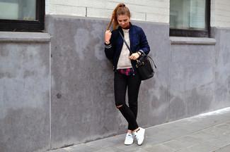 Halten Sie Ihr Outfit locker mit einer dunkelblauen Bomberjacke und schwarzen engen Jeans mit Destroyed-Effekten. Vervollständigen Sie Ihr Look mit weißen niedrigen Sneakers.