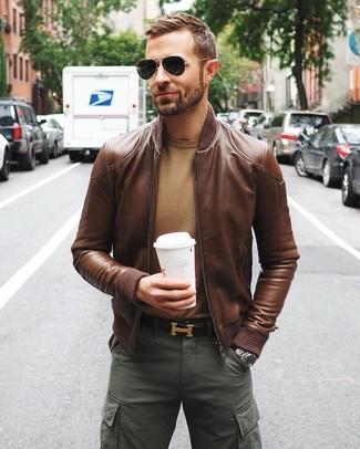 Wie kombinieren: braune Leder Bomberjacke, beige Pullover mit einem Rundhalsausschnitt, dunkelgrüne Cargohose, dunkelbrauner Ledergürtel