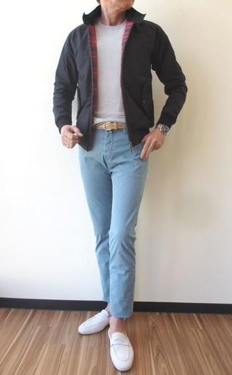 Wie kombinieren: schwarze Bomberjacke, grauer Pullover mit einem Rundhalsausschnitt, hellblaue Chinohose, weiße Wildleder Slipper