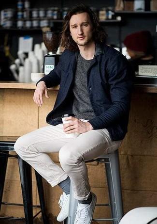 Dunkelblaue Wollbomberjacke kombinieren: trends 2020: Paaren Sie eine dunkelblaue Wollbomberjacke mit einer hellbeige Chinohose, um mühelos alles zu meistern, was auch immer der Tag bringen mag. Suchen Sie nach leichtem Schuhwerk? Komplettieren Sie Ihr Outfit mit weißen Segeltuch niedrigen Sneakers für den Tag.