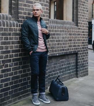 Wie kombinieren: schwarze Leder Bomberjacke, rosa Pullover mit einem Rundhalsausschnitt, dunkelblaue Chinohose, graue hohe Sneakers aus Wildleder