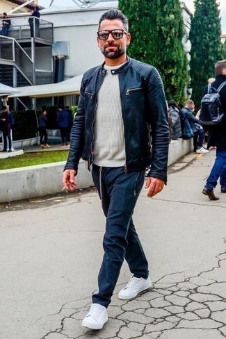 Weiße Segeltuch niedrige Sneakers kombinieren: trends 2020: Kombinieren Sie eine dunkelblaue Leder Bomberjacke mit einer dunkelblauen Chinohose, um einen lockeren, aber dennoch stylischen Look zu erhalten. Warum kombinieren Sie Ihr Outfit für einen legereren Auftritt nicht mal mit weißen Segeltuch niedrigen Sneakers?