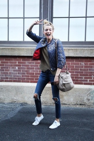 Wie kombinieren: dunkelblaue gesteppte Bomberjacke, olivgrüner Pullover mit einem Rundhalsausschnitt, blaue enge Jeans mit Destroyed-Effekten, weiße niedrige Sneakers