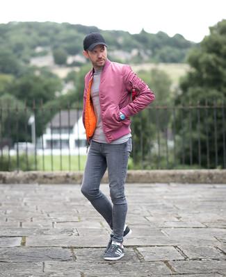 Wie kombinieren: rosa Bomberjacke, grauer Pullover mit einem Rundhalsausschnitt, graue enge Jeans, graue Wildleder niedrige Sneakers