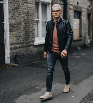 Wie kombinieren: schwarze Leder Bomberjacke, orange Pullover mit einem Rundhalsausschnitt, schwarze enge Jeans, hellbeige Chelsea-Stiefel aus Wildleder