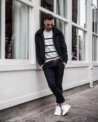 Wie kombinieren: schwarze Wollbomberjacke, weißer und schwarzer horizontal gestreifter Pullover mit einem Rundhalsausschnitt, schwarze enge Jeans, weiße Segeltuch niedrige Sneakers
