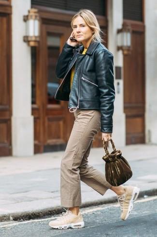 Wie kombinieren: schwarze Leder Bomberjacke, gelber Pullover mit einem Rundhalsausschnitt, beige Hosenrock mit Karomuster, hellbeige Sportschuhe