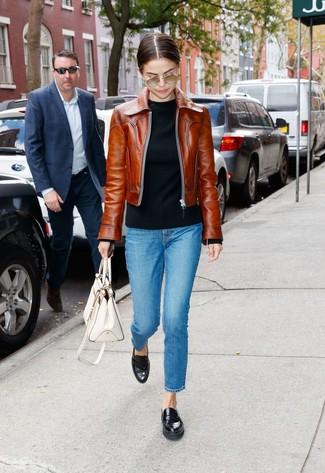Für ein bequemes Couch-Outfit, tragen Sie eine braune leder bomberjacke und eine weiße shopper tasche aus leder. Heben Sie dieses Ensemble mit schwarzen leder slippern hervor.