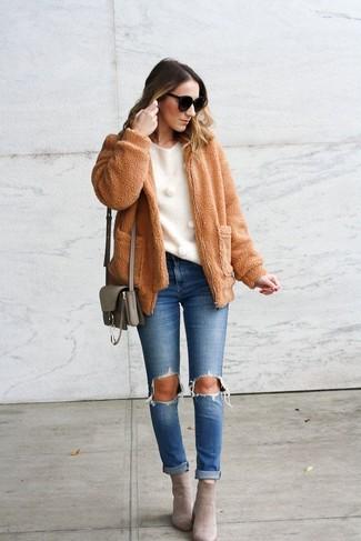 Wie kombinieren: beige Fleece-Bomberjacke, weißer Pullover mit einem Rundhalsausschnitt, blaue Jeans mit Destroyed-Effekten, graue Wildleder Stiefeletten