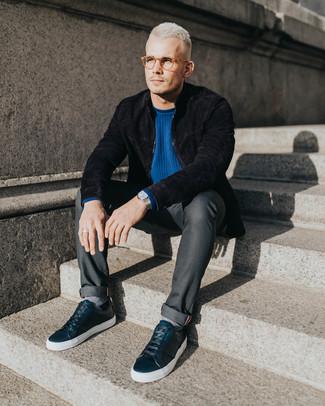 Wie kombinieren: schwarze Wildleder Bomberjacke, blauer Pullover mit einem Rundhalsausschnitt, dunkelgraue Jeans, schwarze Leder niedrige Sneakers