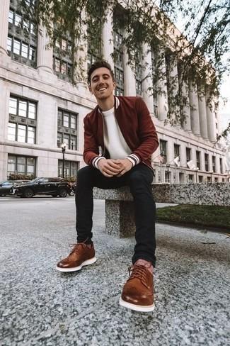 Braune Leder Brogues kombinieren: trends 2020: Paaren Sie eine dunkelrote Bomberjacke mit schwarzen Jeans für ein bequemes Outfit, das außerdem gut zusammen passt. Braune Leder Brogues putzen umgehend selbst den bequemsten Look heraus.