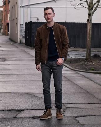 20 Jährige: Dunkelgraue Jeans kombinieren – 500+ Herren Outfits: Paaren Sie eine dunkelbraune Wildleder Bomberjacke mit dunkelgrauen Jeans für einen bequemen Alltags-Look. Putzen Sie Ihr Outfit mit einer dunkelbraunen Lederfreizeitstiefeln.
