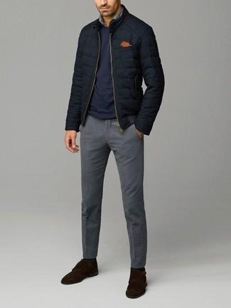 Wie kombinieren: schwarze gesteppte Bomberjacke, dunkelblauer Pullover mit einem Rundhalsausschnitt, graues Jeanshemd, graue Wollanzughose