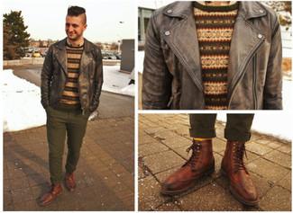 Wie kombinieren: dunkelgraue Leder Bomberjacke, brauner Pullover mit einem Rundhalsausschnitt mit Fair Isle-Muster, hellbeige Langarmhemd, olivgrüne Chinohose