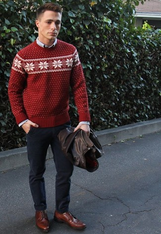 Wie kombinieren: dunkelbraune Leder Bomberjacke, roter Pullover mit einem Rundhalsausschnitt mit Fair Isle-Muster, graues Chambray Langarmhemd, dunkelblaue Chinohose