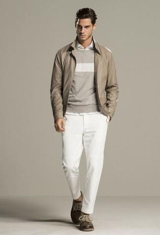 Wie kombinieren: hellbeige Leder Bomberjacke, grauer horizontal gestreifter Pullover mit einem Rundhalsausschnitt, weißes Langarmhemd, weiße Chinohose