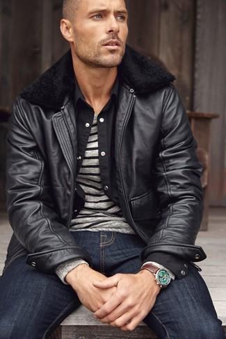 Herren Outfits & Modetrends 2020: Arbeitsreiche Tage verlangen nach einem einfachen, aber dennoch stylischen Outfit, wie zum Beispiel eine schwarze Leder Bomberjacke und dunkelblaue Jeans.